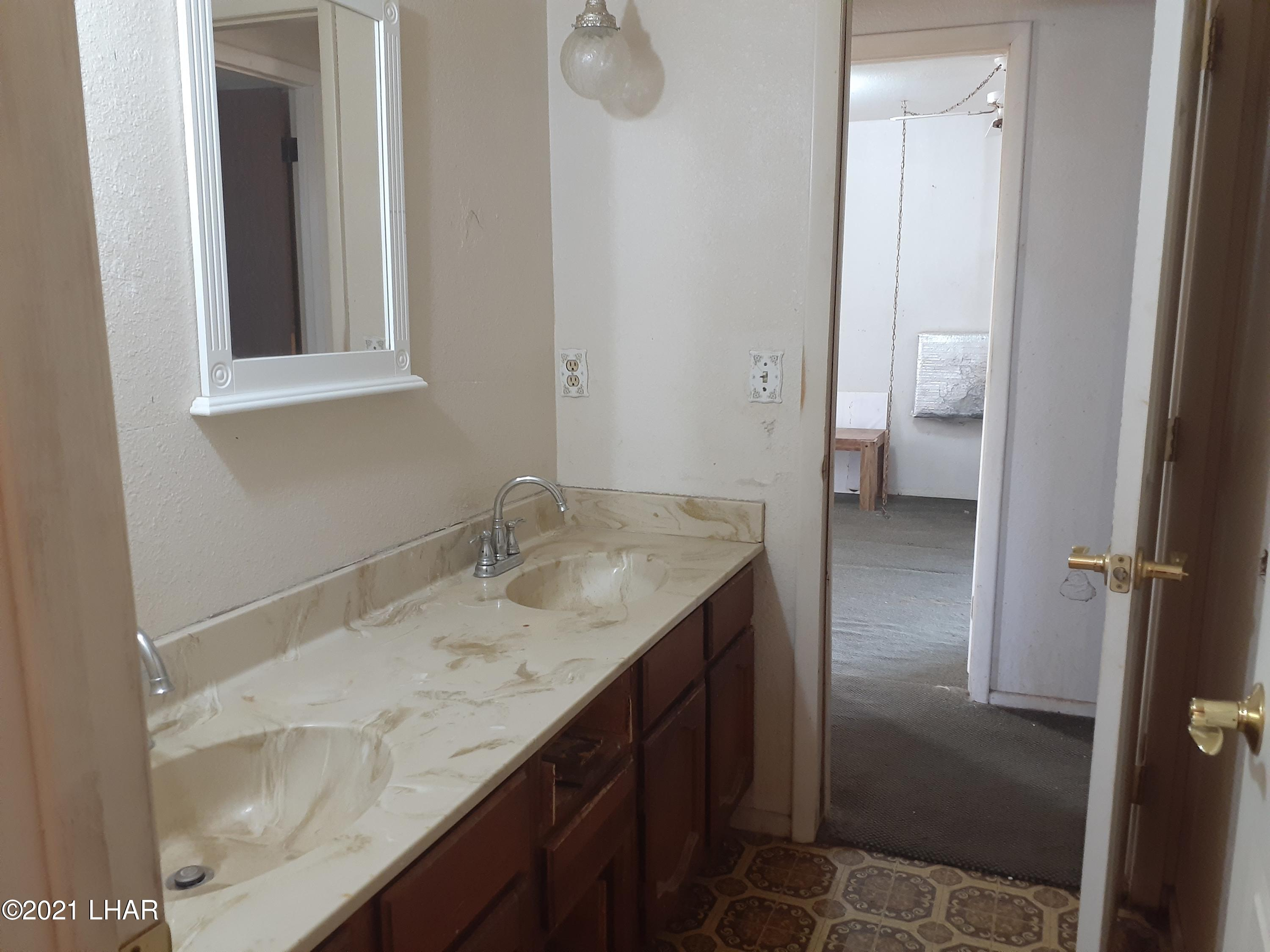 Listing photo id 75 for 920 Lakeside