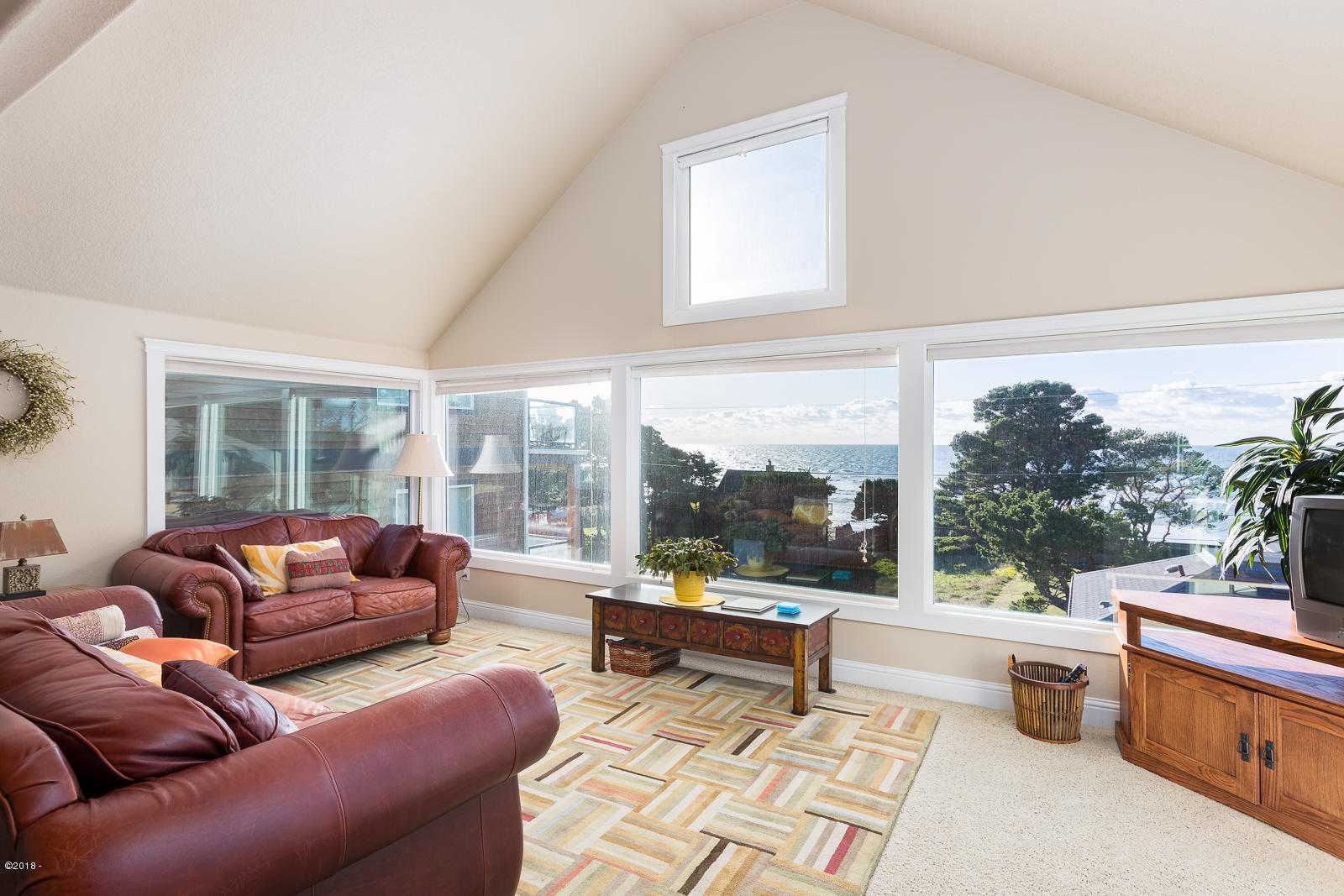 4618 SW Beach Ave, Lincoln City, OR 97367 - Living Room