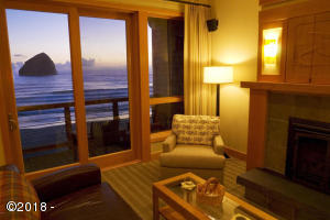 33000 Cape Kiwanda Dr Unit 7, Wk 35, Pacific City, OR 97135 - Cottage living room