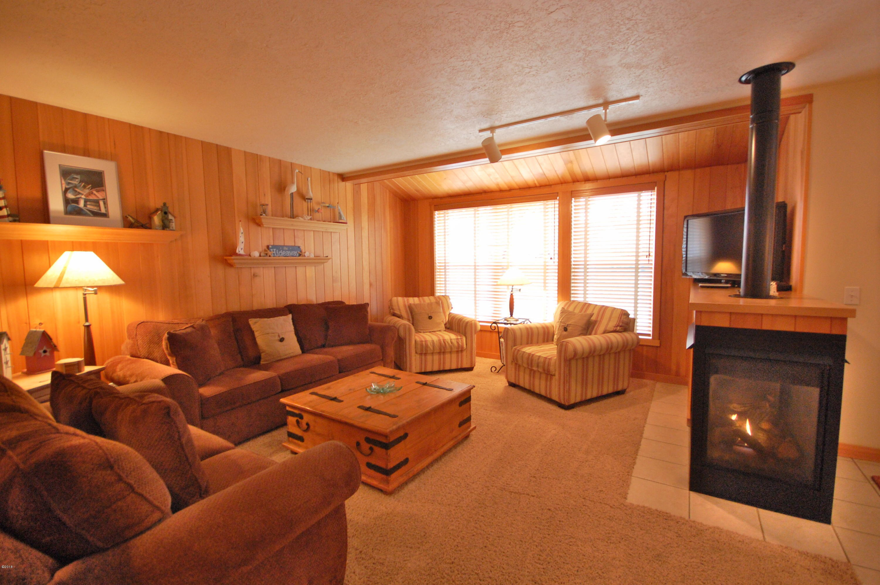 5970 Summerhouse Lane, Share F, Pacific City, OR 97135 - Living Room