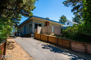 534 SE Inlet Ave, Lincoln City, OR 97367 - Home and yard