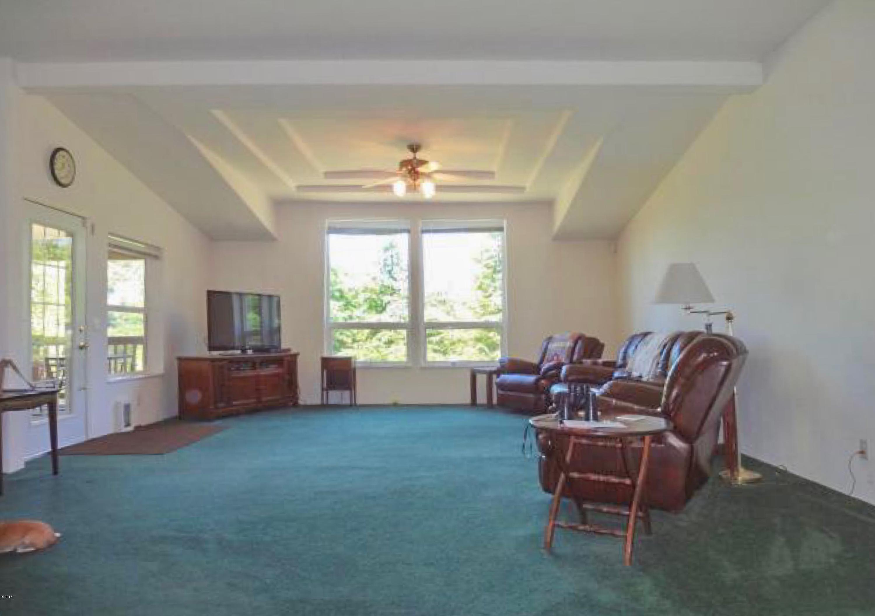 5553 Siletz Hwy, Lincoln City, OR 97367 - Living Room