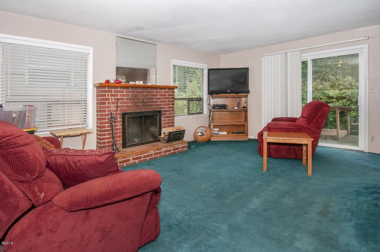 2175 NE Reef Ave, Lincoln City, OR 97367 - Living Room - View 1 (1280x850)