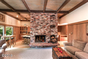 8 Spruce Glen Rd, Gleneden Beach, OR 97388 - Beautiful fireplace mantle