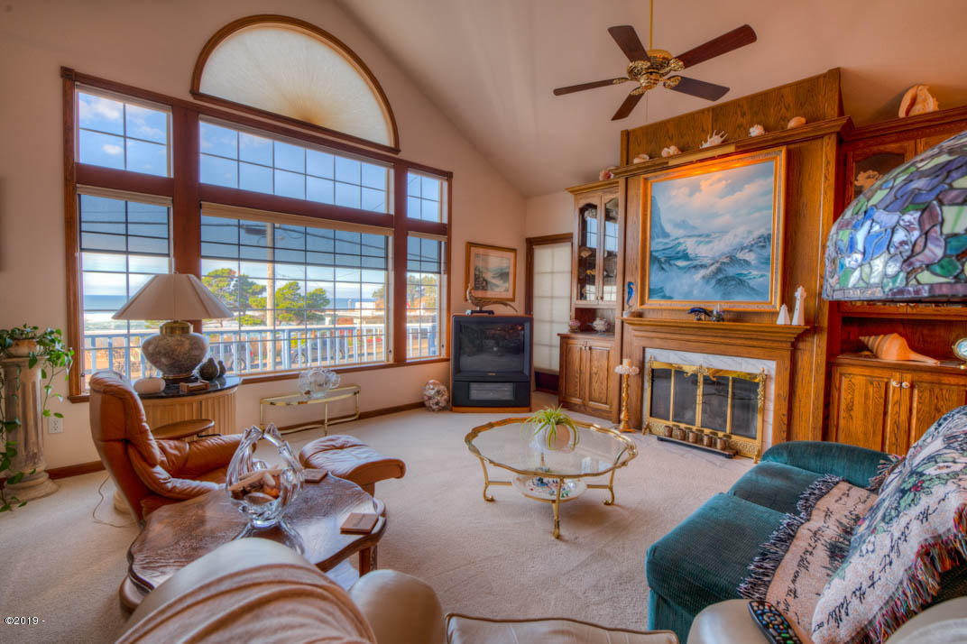 116 US-101, Depoe Bay, OR 97341 - Living room.