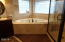 424 SW Cliff St, Depoe Bay, OR 97341 - Master Jetted tub