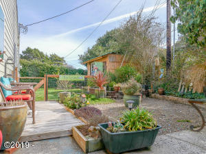 1624 NW Oceanview Dr, Newport, OR 97365 - South side yard