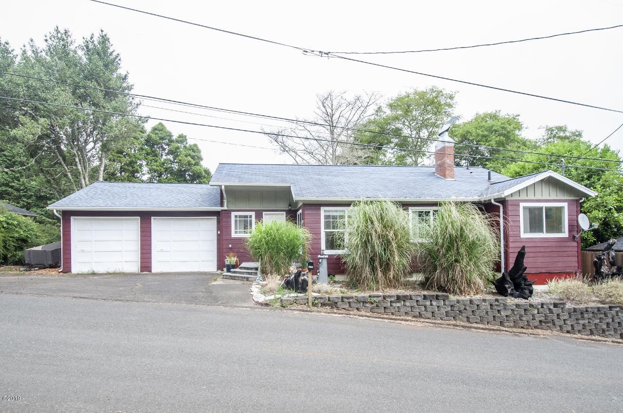 2207 NE 28th St, Lincoln City, OR 97367 - Room for camper storage on left