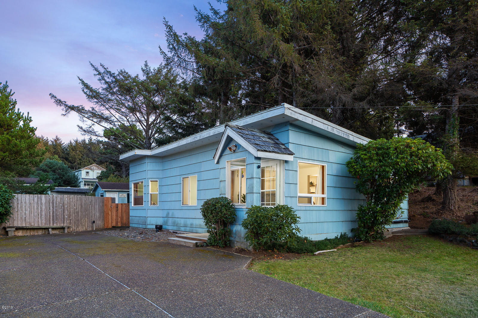 506 SE Inlet Ave, Lincoln City, OR 97367 - Adorable & near shops & beach