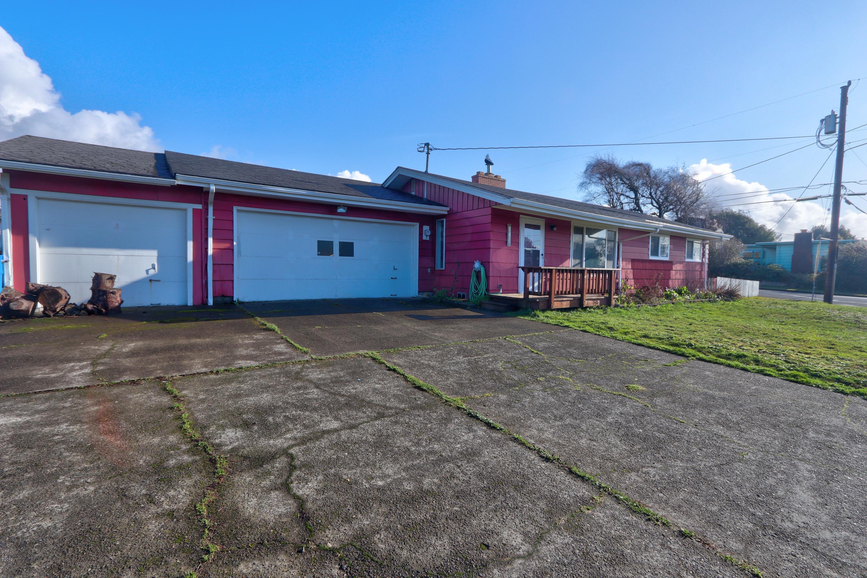612 NE Benton St, Newport, OR 97365 - Front