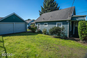 1716 NE 14th St, Lincoln City, OR 97367 - Driveway