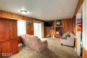 131 NE 56th St, Newport, OR 97365 - Living Room