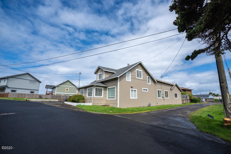 215 NW Sunset St, Depoe Bay, OR 97341 - 215 Corner