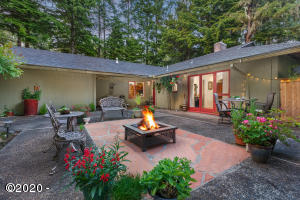 102 Salishan Dr, Gleneden Beach, OR 97388 - Outdoor space worthy of a magazine