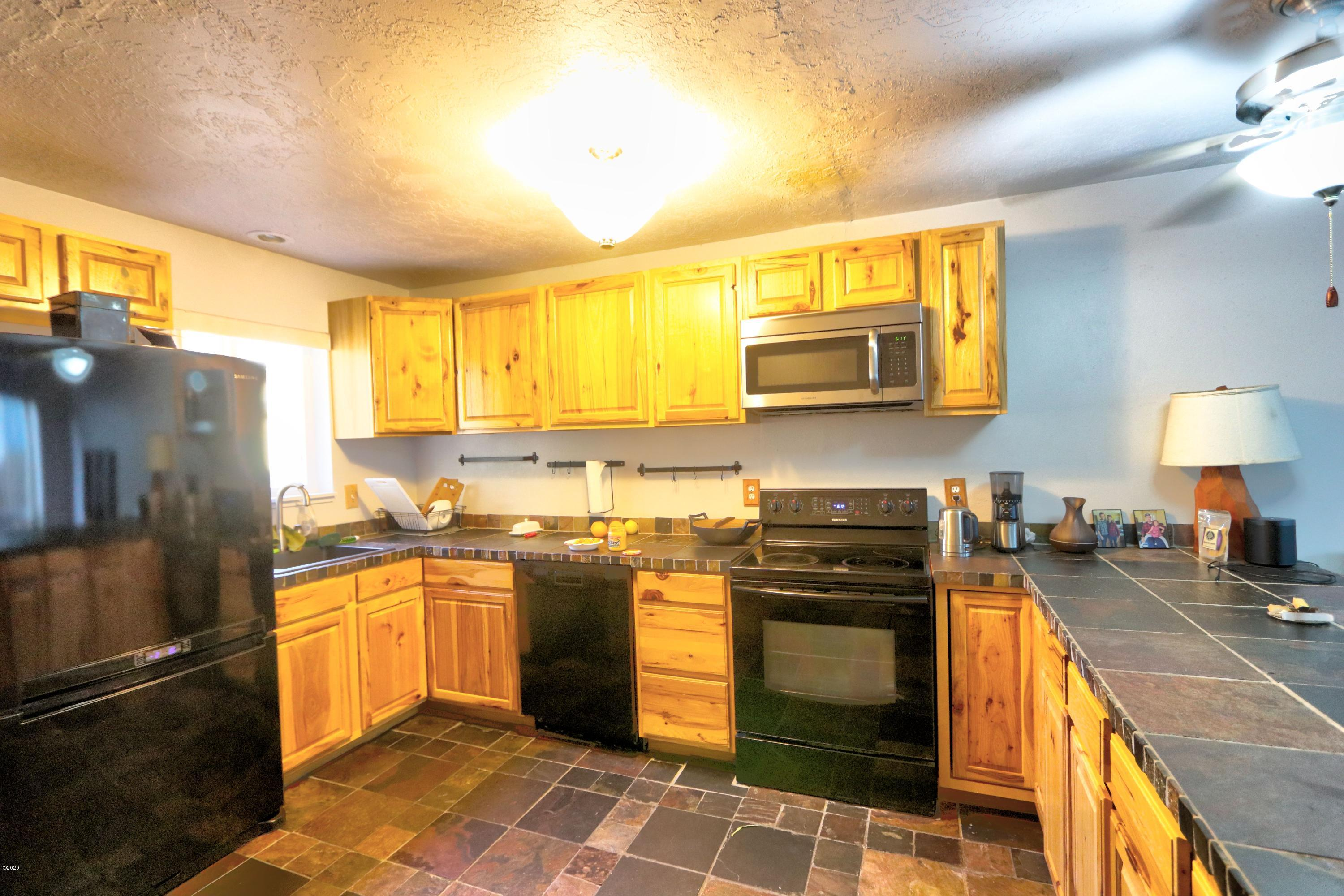 76 NW 33rd, D, Newport, OR 97365 - kitchen