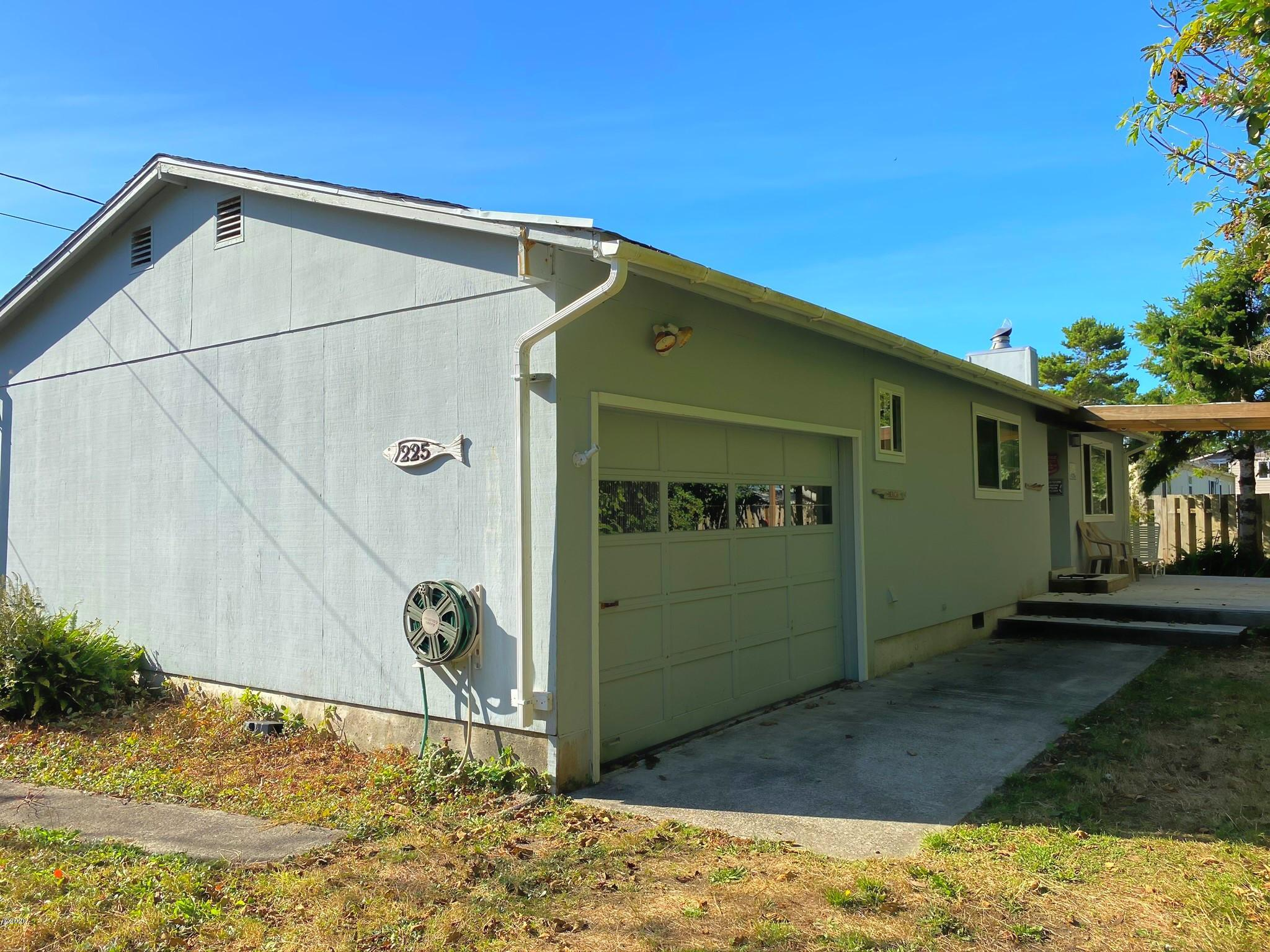 225 Pearl St, Gleneden Beach, OR 97388 - Front view