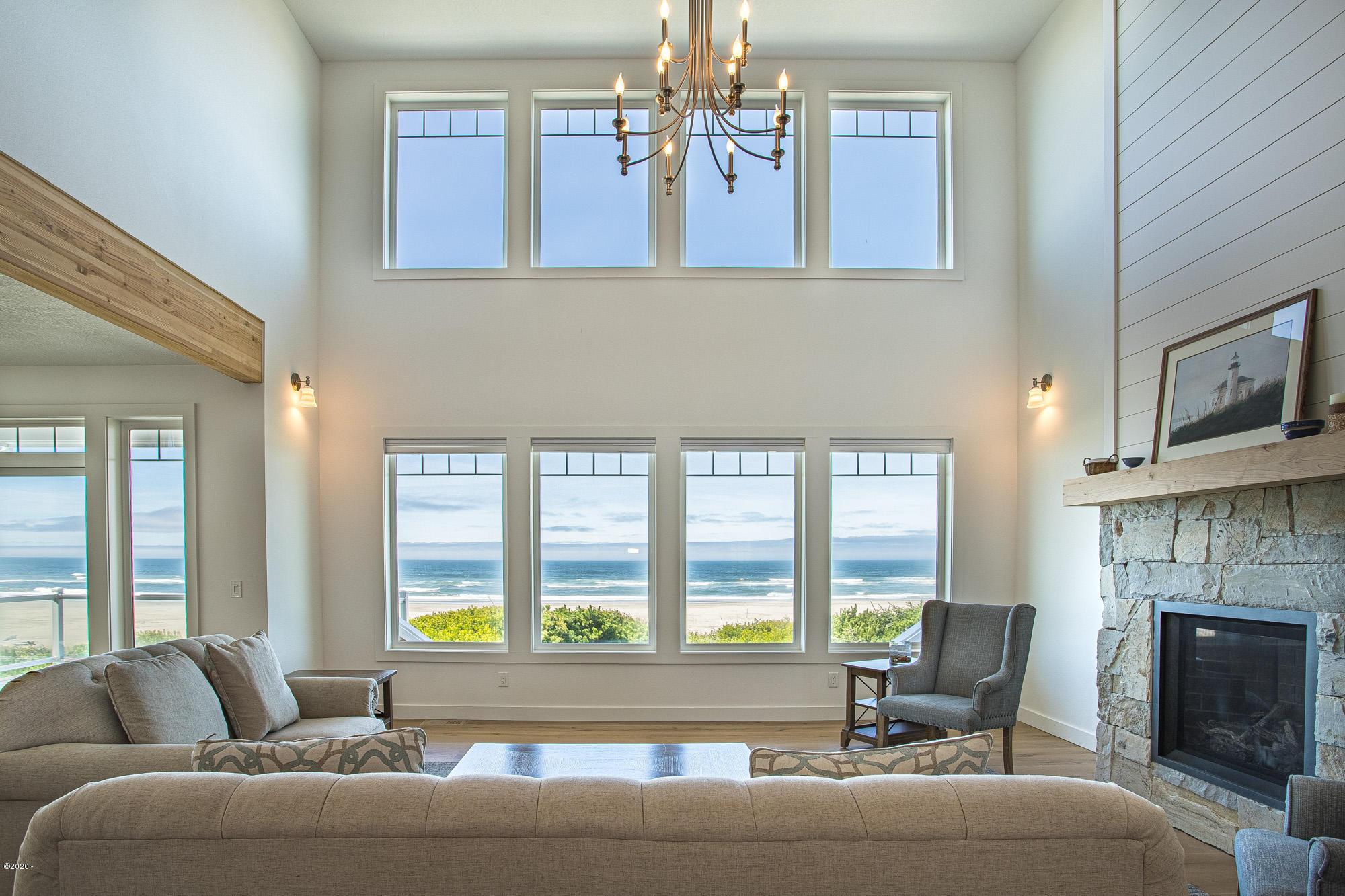 6390 SW Arbor Dr, Newport, OR 97365 - Livingroom