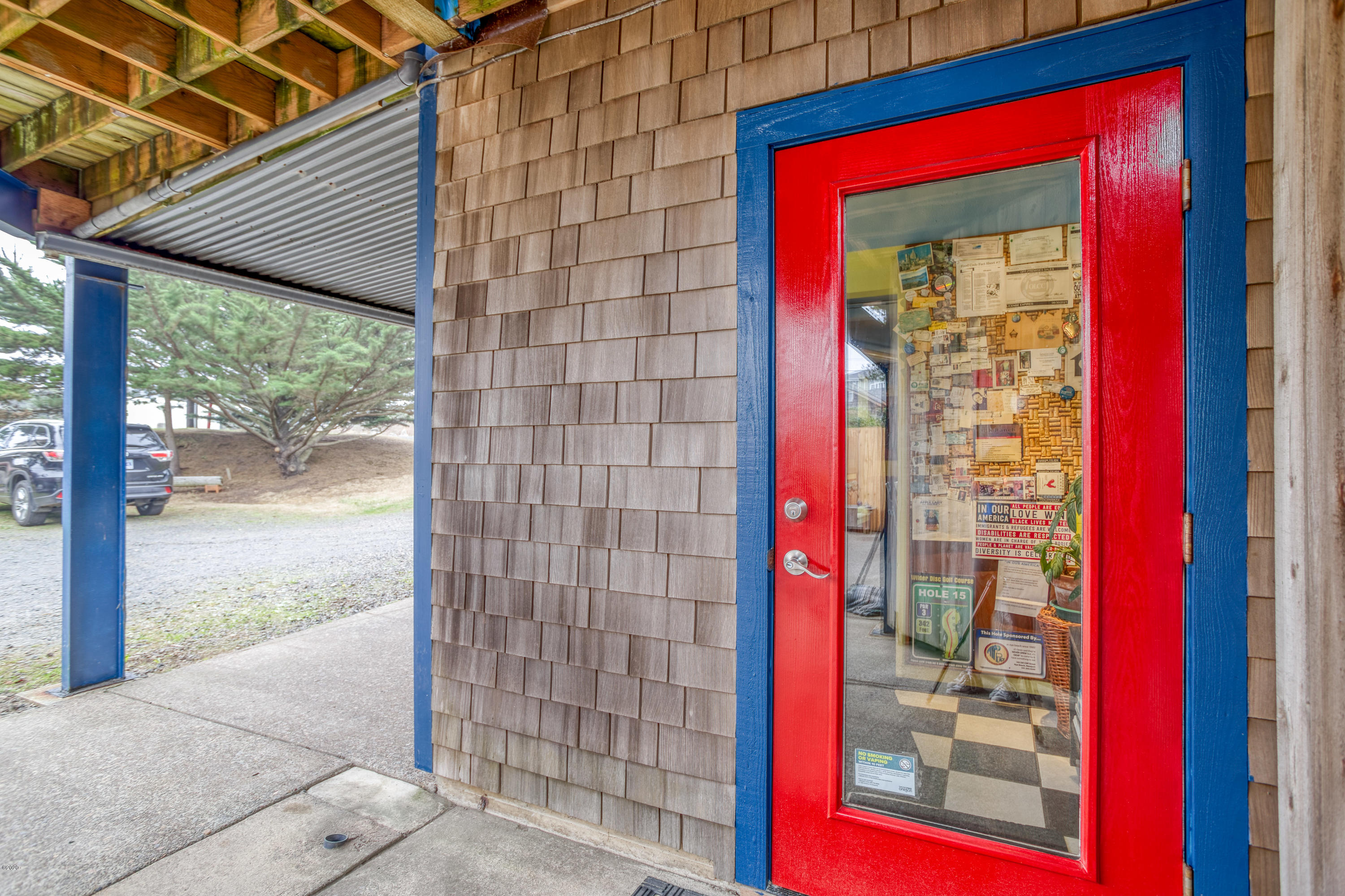 143 SW Cliff St, Newport, OR 97365 - Commercial entrance