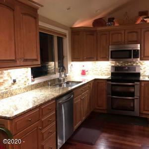 1020 NE 7th Dr, Newport, OR 97365 - kitchen