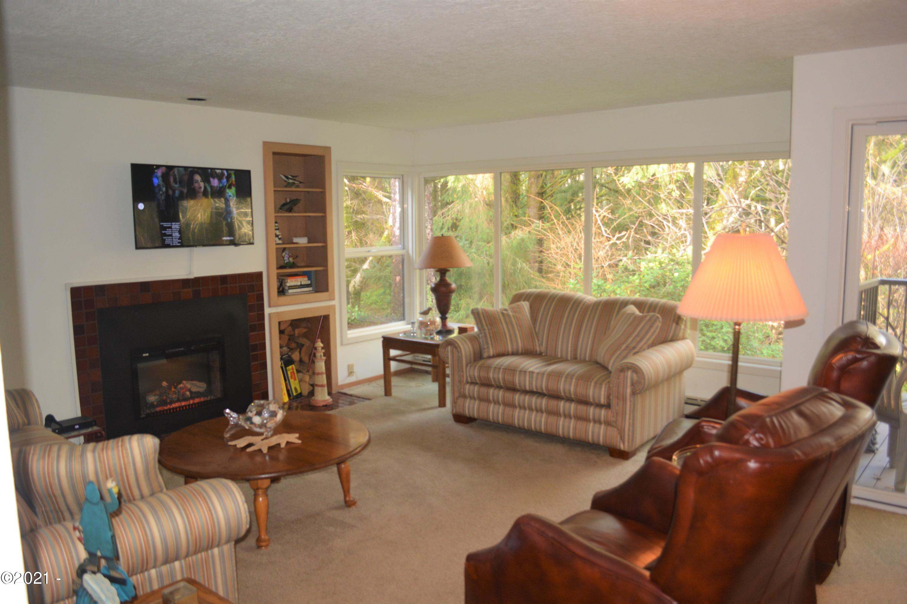 5801 NE Voyage Ave, 45, Lincoln City, OR 97367 - Living room