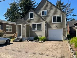 211 SE Oar Ave, Lincoln City, OR 97367 - Front of Home