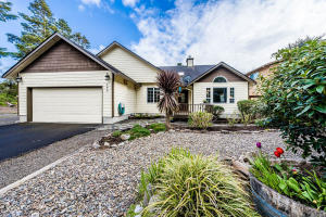 150 NW Lancer St, Lincoln City, OR 97367 - Front Entry