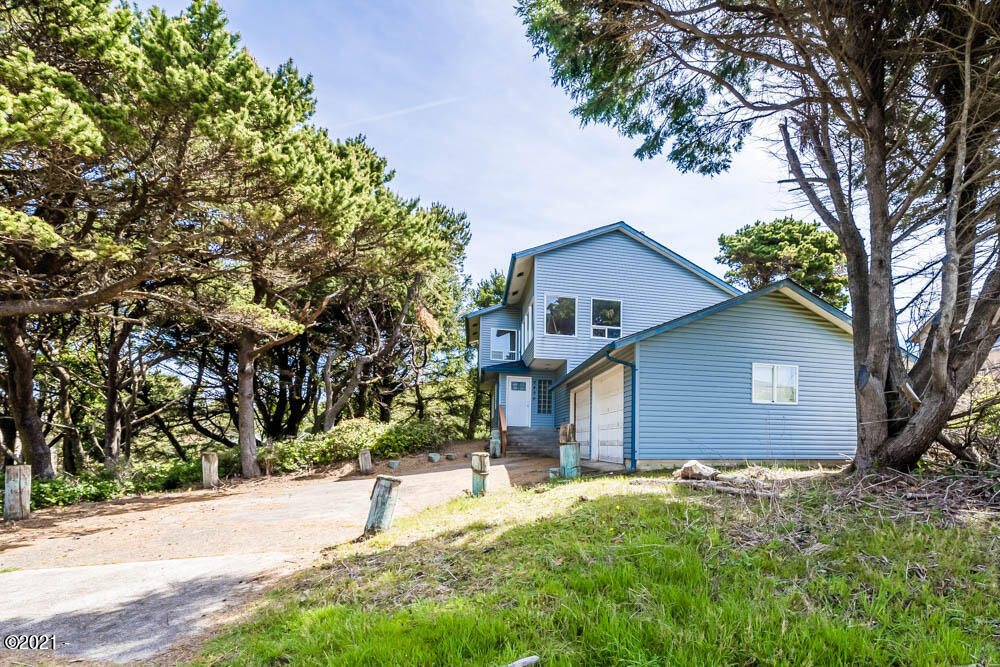 5430 NW Keel Ave, Lincoln City, OR 97367 - Attached garage