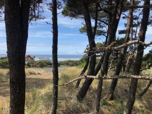 3801 NW Hidden Lake Dr, Waldport, OR 97394 - Lovely Ocean View