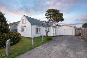 1127 SW Elizabeth St, Newport, OR 97365 - Front of Home