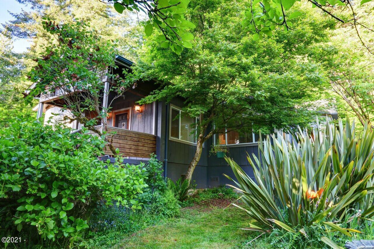 416 SE Douglas St, Toledo, OR 97391 - Charming Home