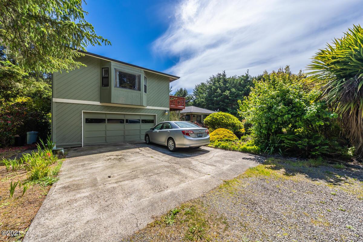 205 Tillicum St, Depoe Bay, OR 97341 - Garage_House