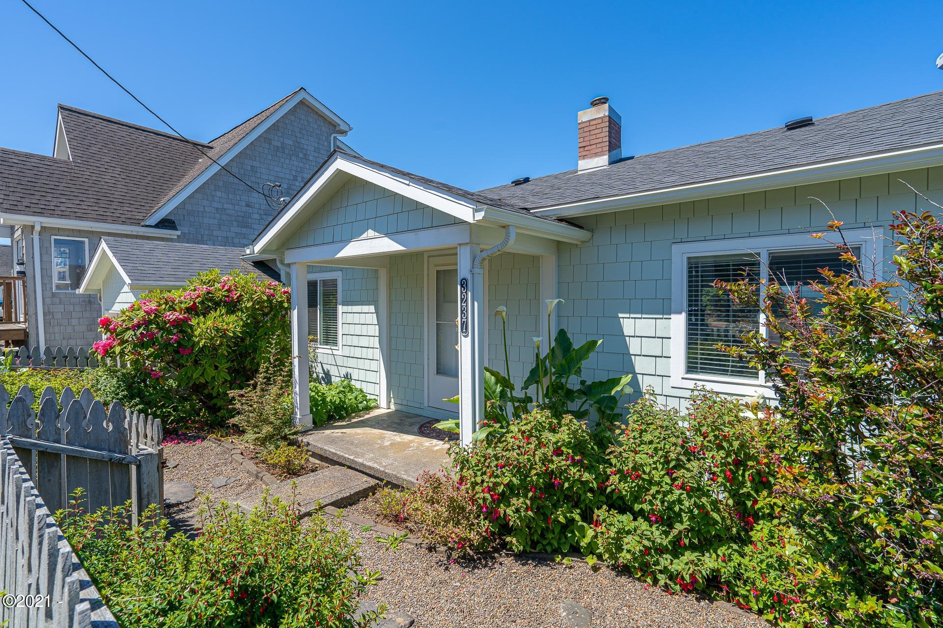 3237 SW Beach Ave., Lincoln City, OR 97367 - Fenced Front Yard