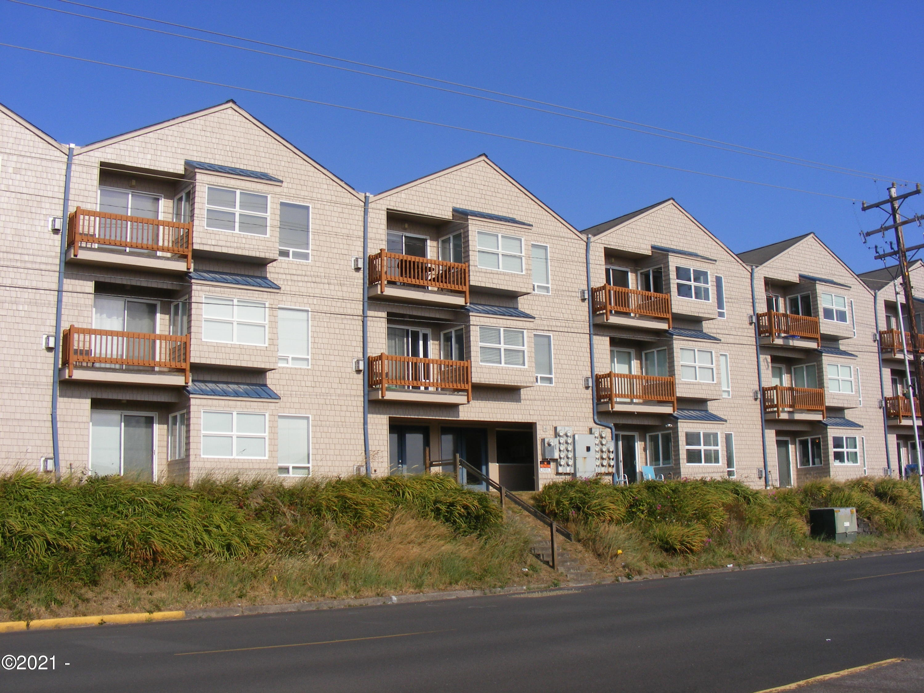 720 SW 6th St, 204M, Newport, OR 97365 - West exterior