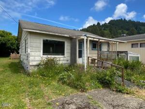 215-219 W 2nd St, Yachats, OR 97498 - Cottage