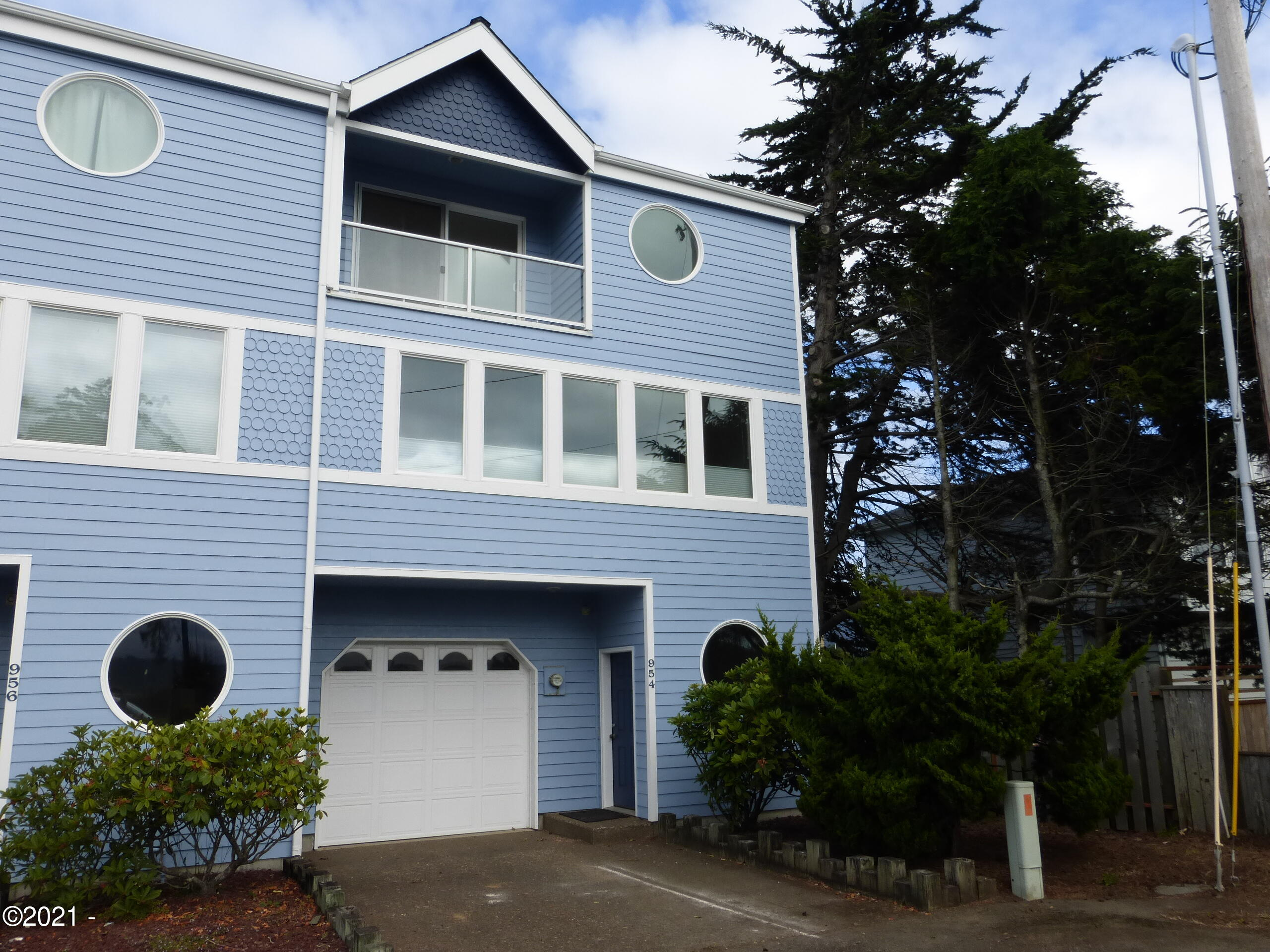 954 SW Bay View Ln, Newport, OR 97365 - Front