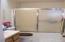 86 NW 33rd Pl, B, Newport, OR 97365 - Main bath