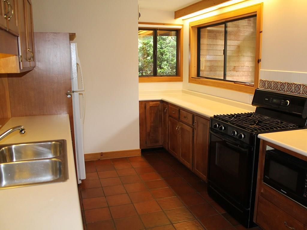 Kitchen with tiled floor, gas cook...