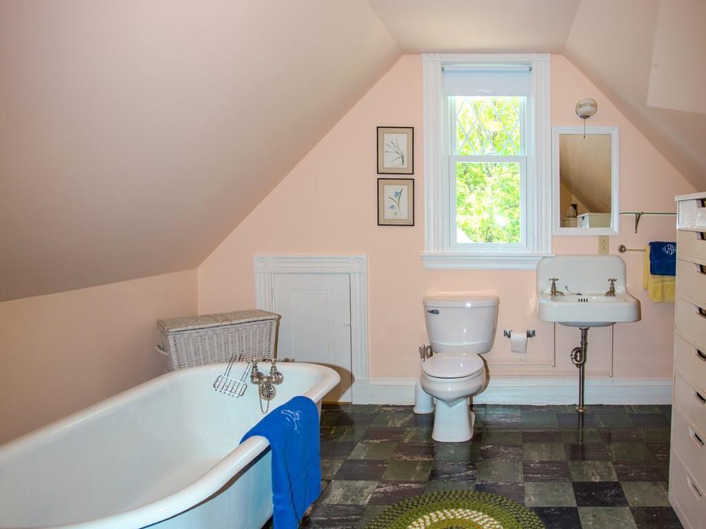 Private 3rd floor bath.