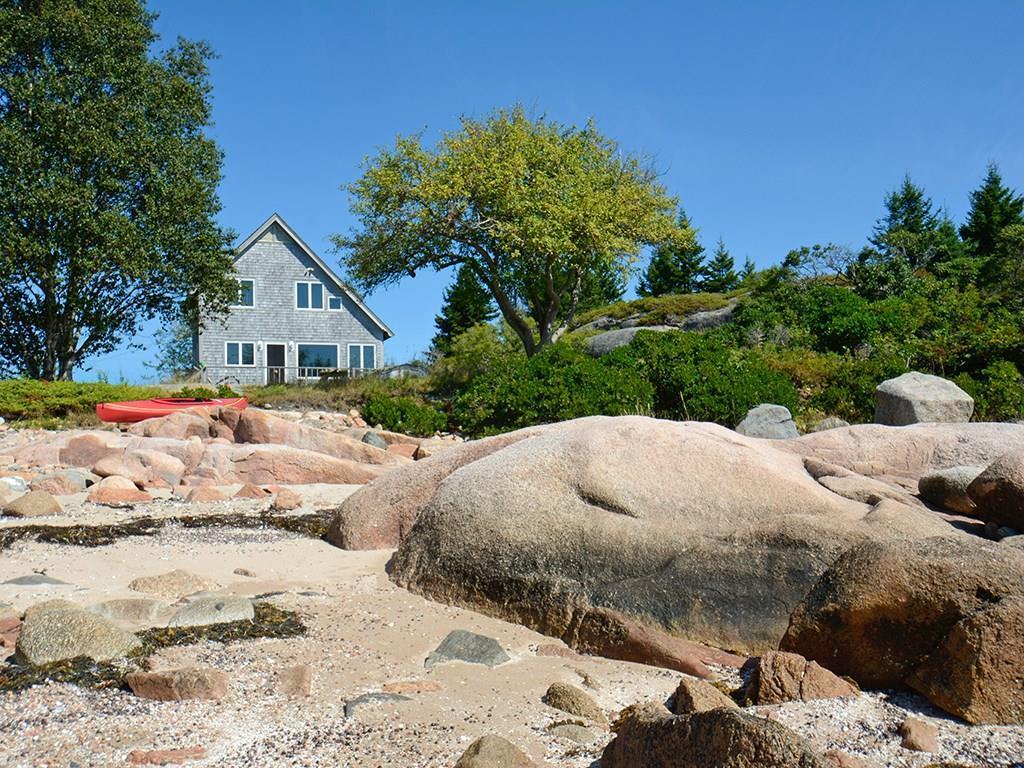 Sweet seasonal cottage with a sand...