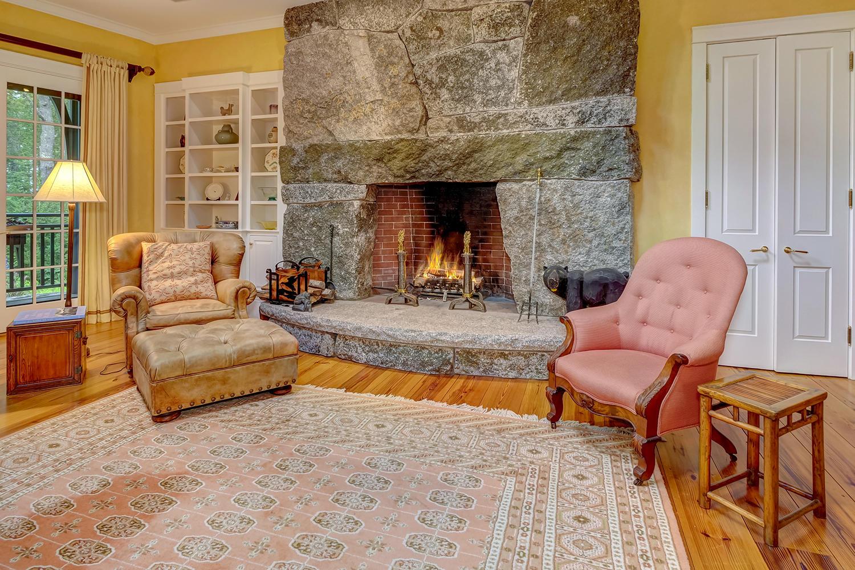 20-5.Liv fireplace
