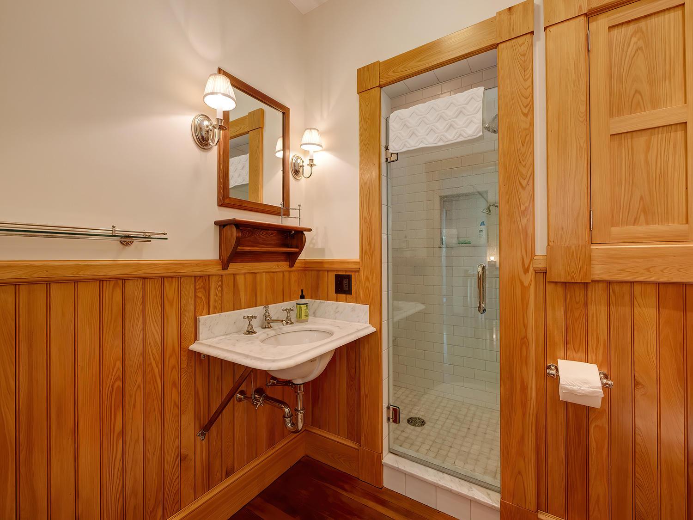 SeBathroom with walk-in Shower