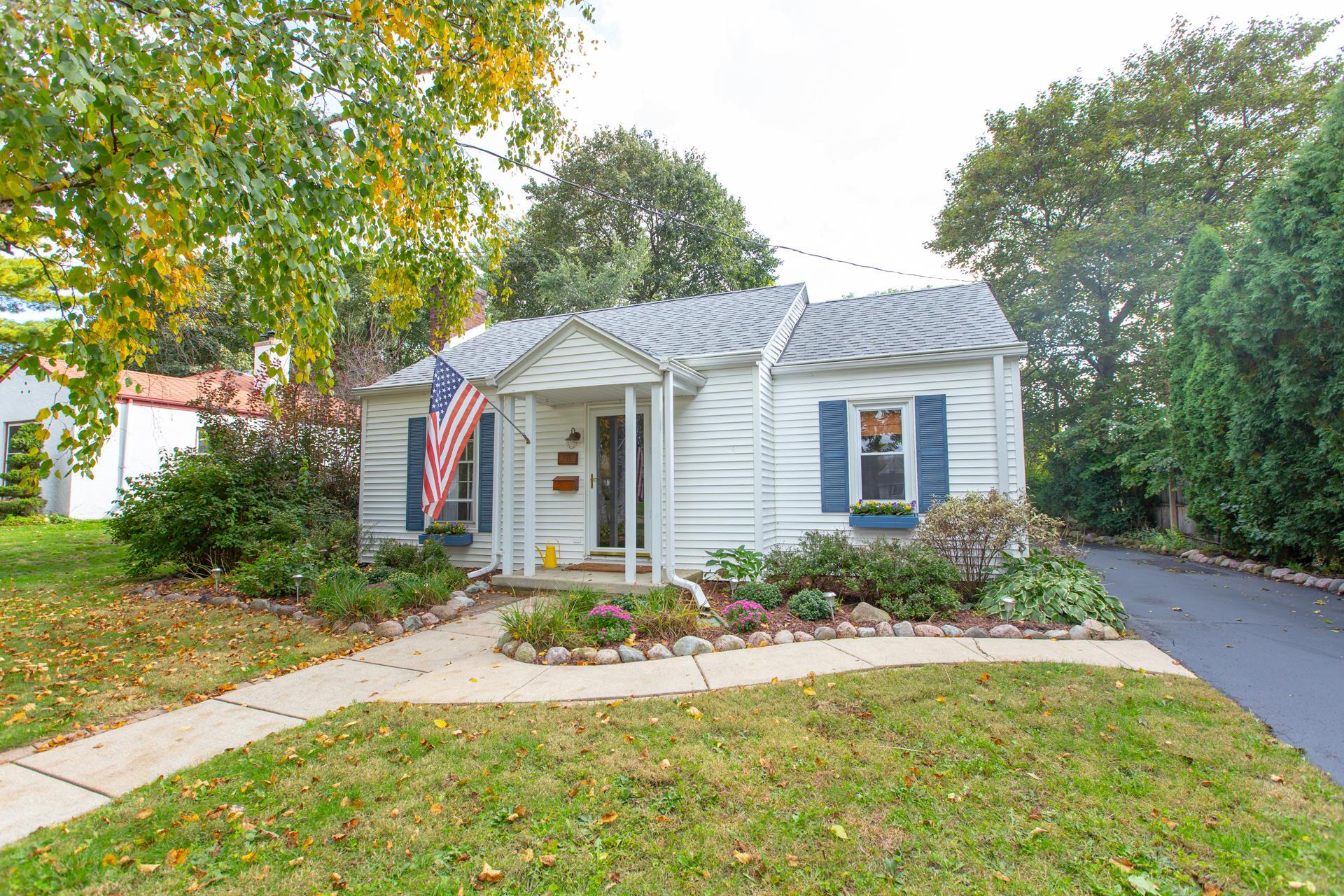179 Warren Ave, Hartland, Wisconsin 53029, 2 Bedrooms Bedrooms, 8 Rooms Rooms,2 BathroomsBathrooms,Single-Family,For Sale,Warren Ave,1609156