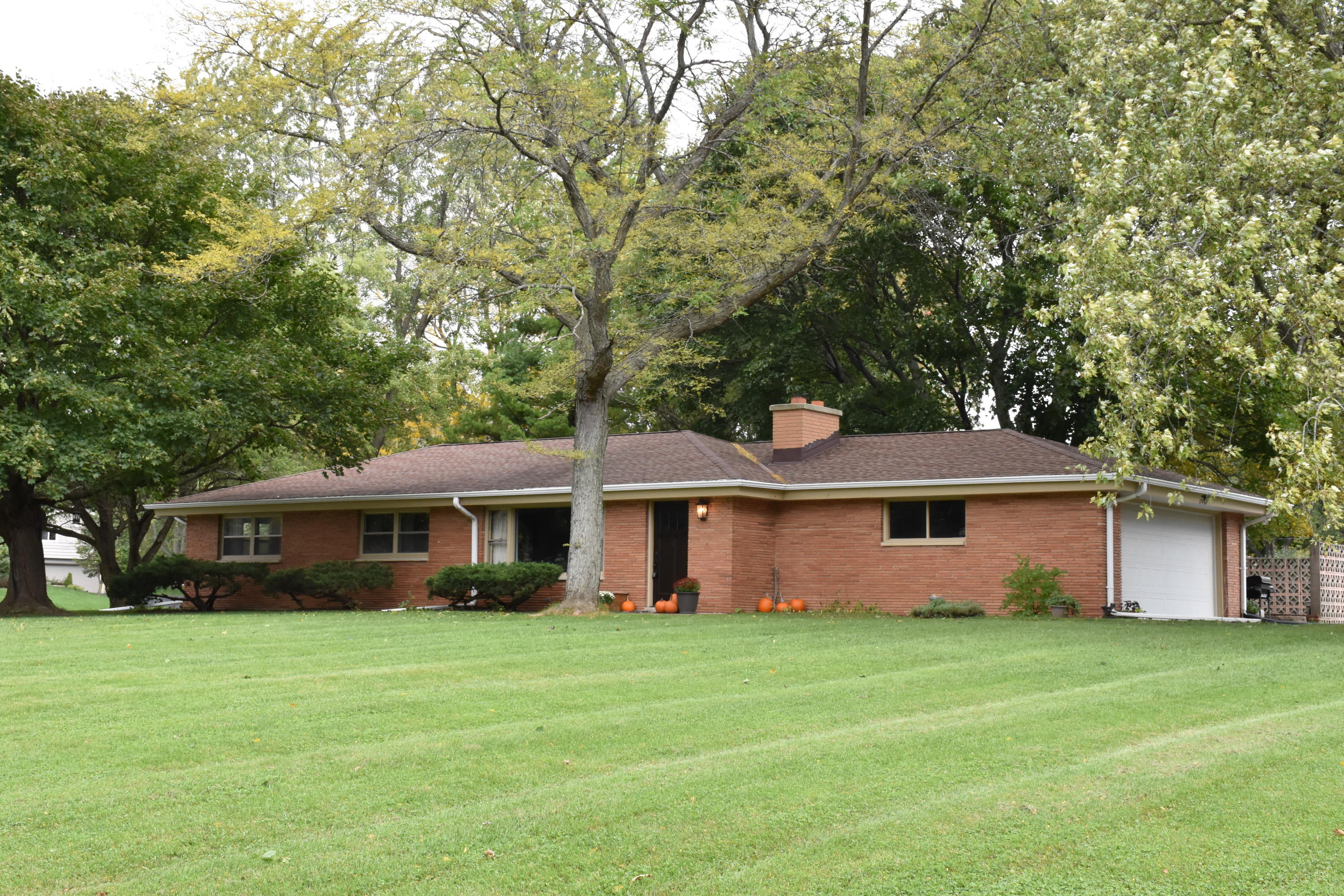 17460 Country Ln, Brookfield, Wisconsin 53045, 3 Bedrooms Bedrooms, 6 Rooms Rooms,1 BathroomBathrooms,Single-Family,For Sale,Country Ln,1610077