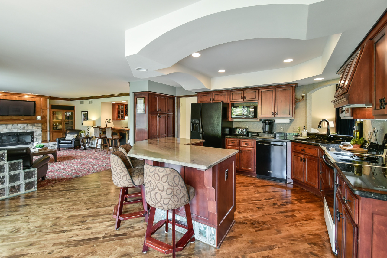 1260 Shelly Ln, Hartland, Wisconsin 53029, 4 Bedrooms Bedrooms, 10 Rooms Rooms,3 BathroomsBathrooms,Single-Family,For Sale,Shelly Ln,1613172