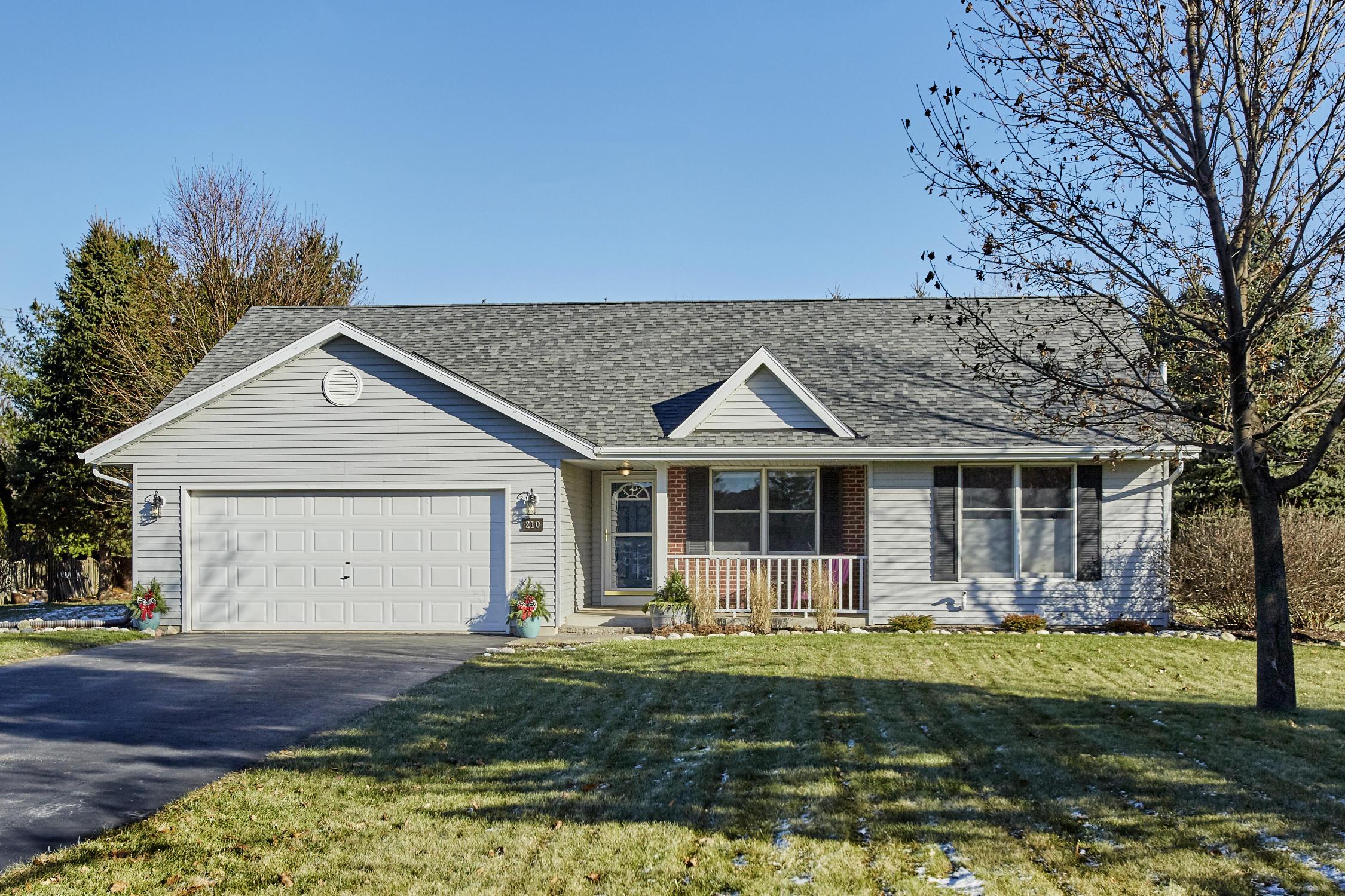 210 Granary Cir, Hartland, Wisconsin 53029, 4 Bedrooms Bedrooms, 8 Rooms Rooms,3 BathroomsBathrooms,Single-Family,For Sale,Granary Cir,1615045
