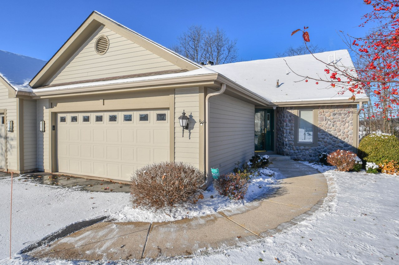 517 Oak Ridge Dr, Hartland, Wisconsin 53029, 2 Bedrooms Bedrooms, 7 Rooms Rooms,2 BathroomsBathrooms,Condominiums,For Sale,Oak Ridge Dr,1,1613937