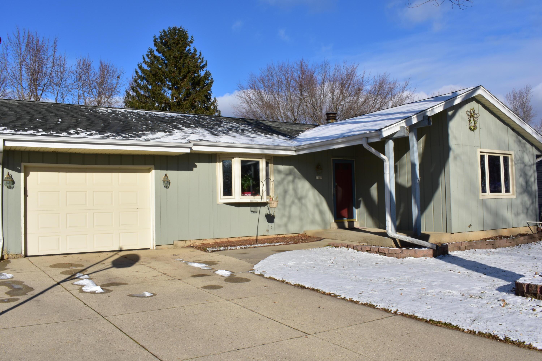 1250 Market Pl, Waukesha, Wisconsin 53189, 3 Bedrooms Bedrooms, 5 Rooms Rooms,2 BathroomsBathrooms,Single-Family,For Sale,Market Pl,1615456