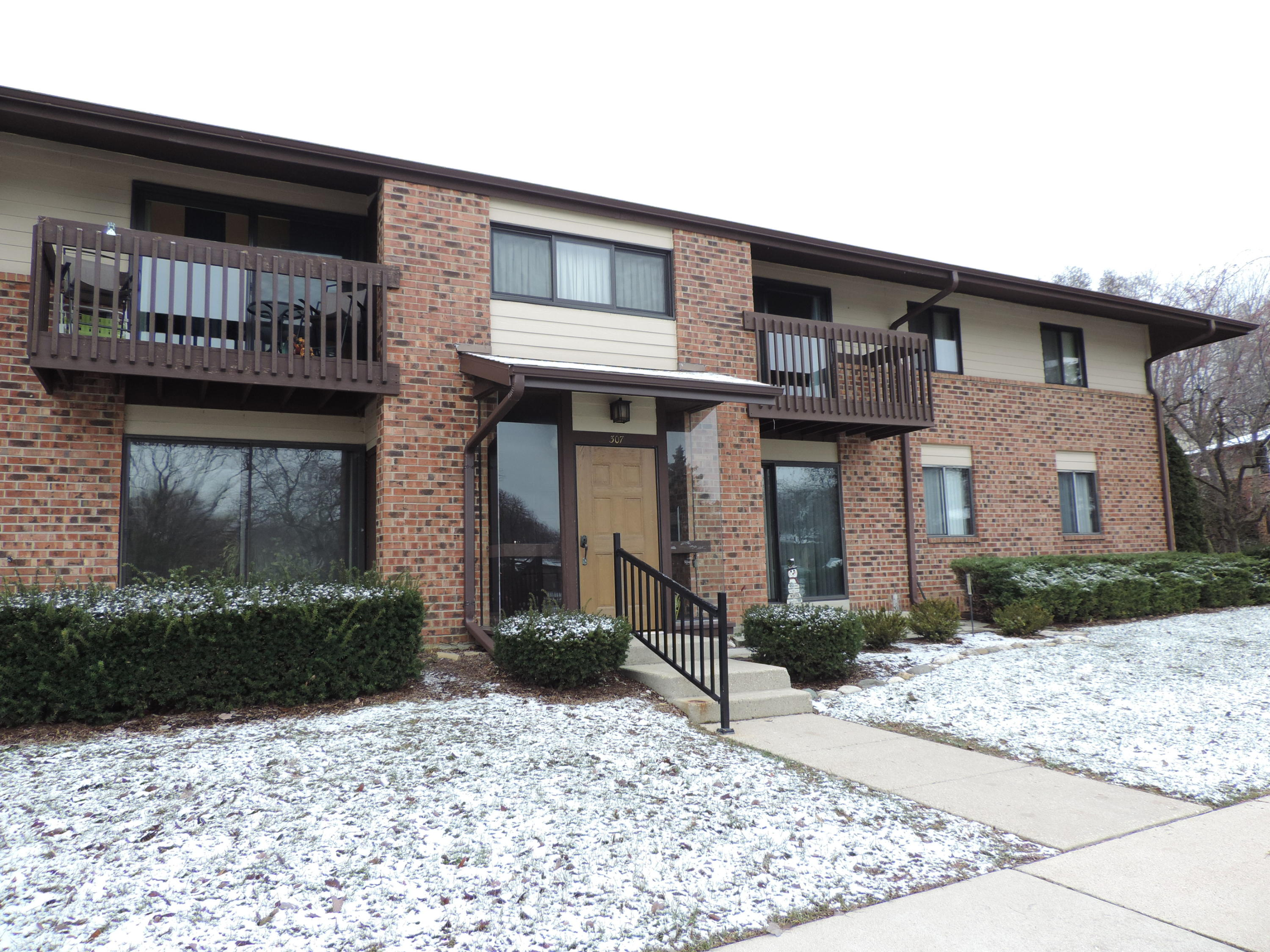 307 Park Hill Dr, Pewaukee, Wisconsin 53072, 2 Bedrooms Bedrooms, 6 Rooms Rooms,2 BathroomsBathrooms,Condominiums,For Sale,Park Hill Dr,2,1615940