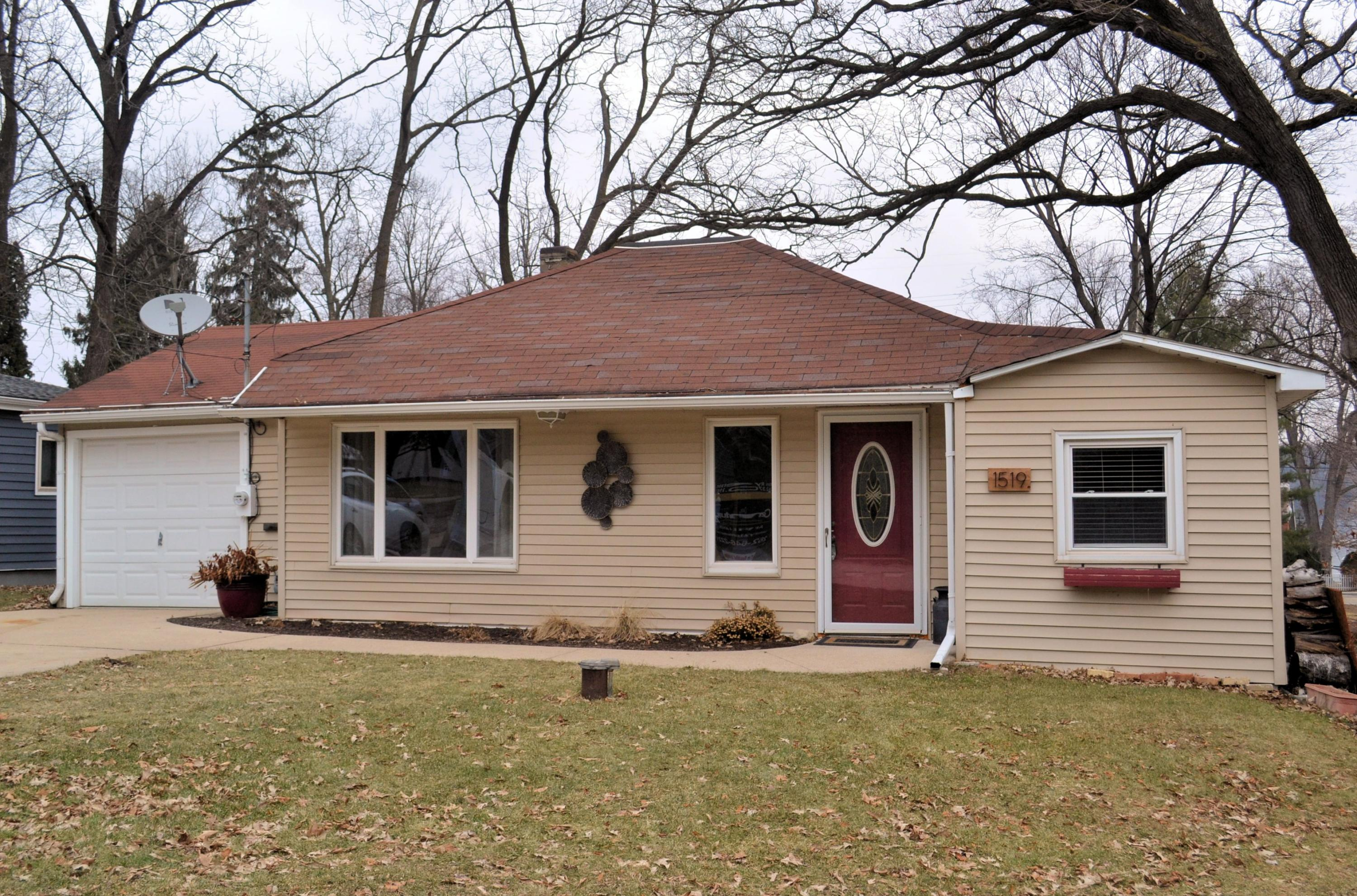 1519 2nd St, Delafield, Wisconsin 53018, 2 Bedrooms Bedrooms, 4 Rooms Rooms,1 BathroomBathrooms,Single-Family,For Sale,2nd St,1607598