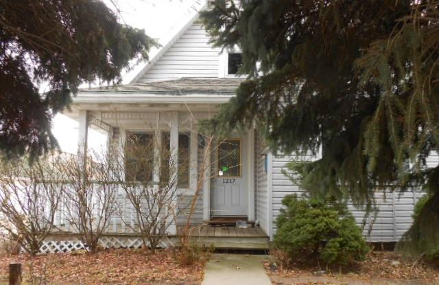 1217 Mackinac Ave, South Milwaukee, Wisconsin 53172, 3 Bedrooms Bedrooms, 6 Rooms Rooms,2 BathroomsBathrooms,Single-Family,For Sale,Mackinac Ave,1620135